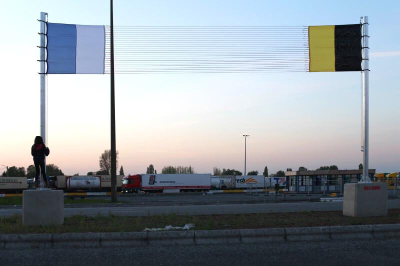 001 thierry-verbeke - Drapeau de la zone P.E.Z., plots béton, mâts, pavillons, sandows rouges, (6X9M) - drapeausoir2
